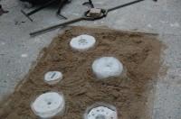 de mallen worden in het zand gezet klaar om te gieten.